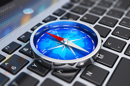 Kreatywne streszczenie globalnej komunikacji internetowej, bezprzewodowy nawigacji GPS technologii internetowych i sukces w koncepcji biznesowej: makro widok lśniącego metalu kompasu magnetycznego z czerwoną strzałką i niebieski mapa świata na laptop lub notebook PC klawiatura z selektywnej Zdjęcie Seryjne