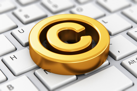 abstracta protección de la propiedad intelectual creativa, patentes y marcas concepto de tecnología de la ley: 3D rinden la ilustración de la visión macro de oro símbolo de derechos de autor, muestra, marca, logotipo o icono en la PC del ordenador portátil blanco o el teclado portátil con selectiva