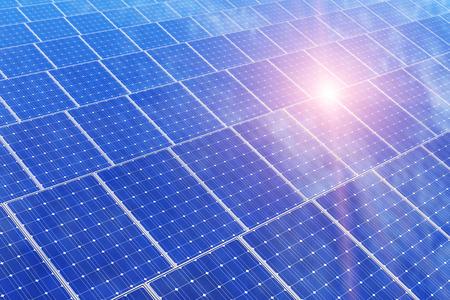 Kreative Solarkraftwerkstechnik, alternative Energie und Umweltschutz Ökologie Business-Konzept: Gruppe von Solarbatterieplatten gegen den blauen Himmel mit Sonne Licht