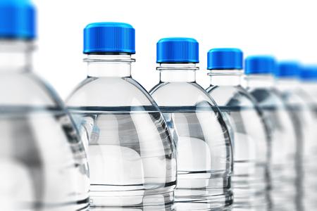 Rij van plastic flessen met duidelijke gezuiverd drank koolzuurhoudend water op een witte achtergrond met selectieve aandacht effect
