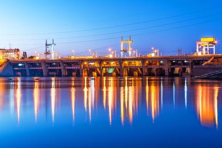 Scenic Sommer Nacht Industrie Ansicht von Kiew Wasserkraftwerk Damm am Fluss Dnjepr in Vyshgorod, Ukraine