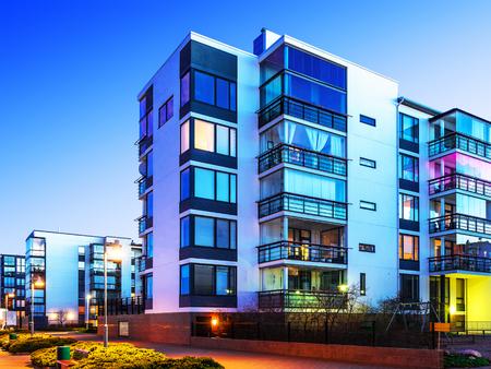 집 건물 및 도시 건설 개념 : 현대 부동산 집의 저녁 야외 도시보기 스톡 콘텐츠