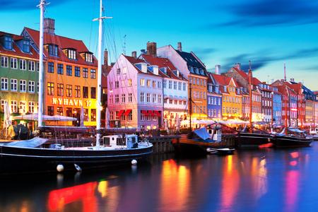 Toneelavondpanorama van beroemde Nyhavn-pijlerarchitectuur in de Oude Stad van Kopenhagen, Denemarken