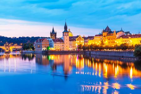 anochecer: Panorama escénico de la puesta de sol del verano de la arquitectura antigua del casco antiguo y muelle del río Vltava en Praga, República Checa Foto de archivo