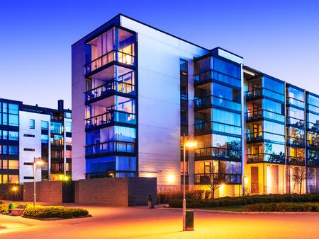 Kreative abstrakten Hausbau und Stadt Baukonzept: Abend im Freien städtischen Ansicht der modernen Immobilien-Wohnungen