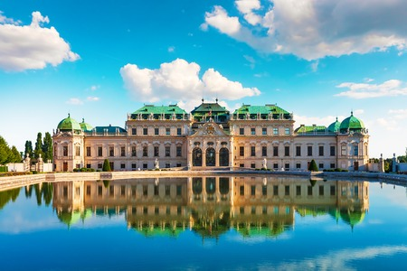 voyage: Scenic city summer view of the Belvedere Palace achitecture building in the Old Town of Vienna, Austria Banque d'images
