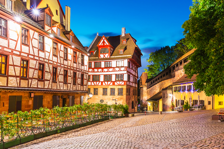 voyage: Scenic summer night view of the Old Town medieval architecture with half-timbered buildings in Nuremberg, Germany Banque d'images