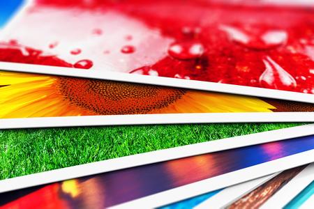 크리 에이 티브 개요 디지털 사진 및 사진 그림 시각적 이미징 아트 개념 : 3D 렌더링 선택적 포커스 효과 가진 화려한 사진 카드 스택의 매크로보기 그
