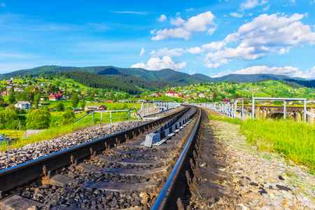 Vista escénica de verano de la vía de ferrocarril, el puente y los Cárpatos en Vorokhta, Ivano-Frankivsk región, Ucrania Foto de archivo