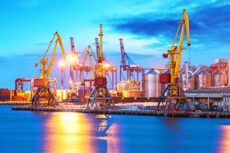 Creatieve abstracte scheepvaart en logistieke commerciële bedrijfsindustrie concept: schilderachtig avond uitzicht op de vracht zeehaven met schepen en vrachtwagens
