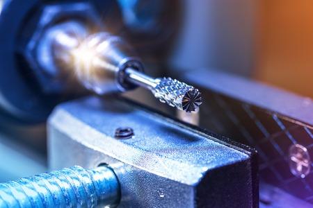 Creativo de la industria pesada abstracta, procesamiento de metales y fabricación de acero concepto de negocio industrial: vista macro de la punta de la hoja rotativa de CNC máquina de corte con efecto de enfoque selectivo Foto de archivo