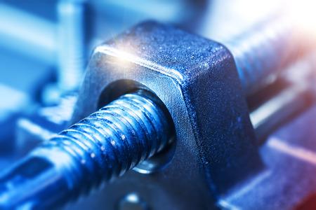 크리 에이 티브 추상 중공업, 금속 가공 및 철강 제조 산업 비즈니스 개념 : 스크류 조각 또는 선택적 포커스 효과와 스레드 산업 도구 부분의 매크로보기 스톡 콘텐츠 - 85180380