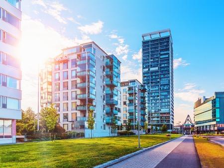 Szenische Sommeransicht der modernen Architektur mit Geschäftswolkenkratzern und Mehrfamilienhäusern im Bezirk Vuosaari in Helsinki, Finnland