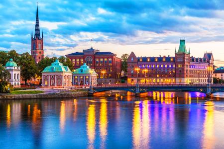 Sceniczna wieczór panorama Stara miasteczka (Gamla Stan) molo architektura w Sztokholm, Szwecja Zdjęcie Seryjne
