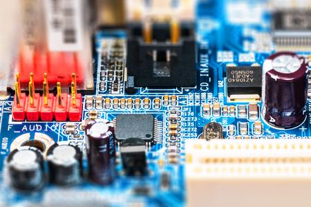 Kreatives abstraktes Geschäfts-Technologiekonzept der elektronischen Industrie: Makroansicht von Computer PC-Motherboard oder von mainboard Leiterplatte PWB mit Effekt des selektiven Fokus
