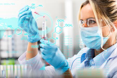 Jovem, atraente, femininas, cientista, pesquisar, laboratório, com, futurista, científico, ar, interface, com, químico, fórmulas, e, pesquisa, dados, em, a, primeiro plano