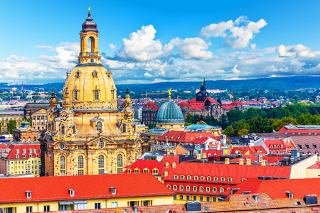 Szenische Sommerluftansicht der Altstadtarchitektur von Dresden, Sachsen, Deutschland