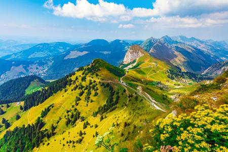 Panorama d'été pittoresque depuis le sommet des Rochers de Naye avec des collines herbeuses vertes et des prairies fleuries dans les Alpes, Suisse