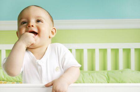 아기 침대에서 놀고있는 아기 소년 스톡 콘텐츠