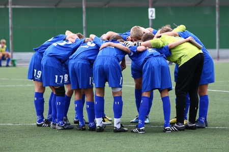 BELGOROD, RUSSIA - AUGUST 20: Unidentified boys embrace before football game on August, 20 2010 in Belgorod, Russia. The final of Chernozemje superiority, Football kinder team of 1996 year of birth.  Standard-Bild - 9142012