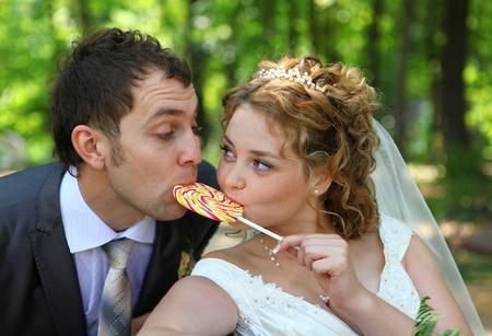 신랑과 신부는 여름 숲에서 함께 사탕을 먹고 스톡 콘텐츠