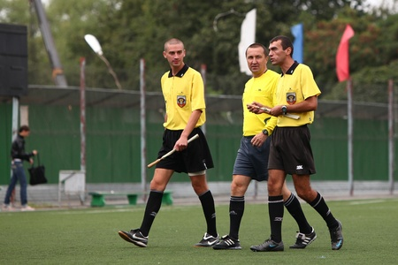 arbitrator: Belgorod, Russia - 20 agosto arbitri di calcio non identificati camminare sul campo il 20 Agosto 2010 a Belgorod, Russia � la finale di superiorit� Chernozemje, squadra di calcio per i bambini nati nel 1996