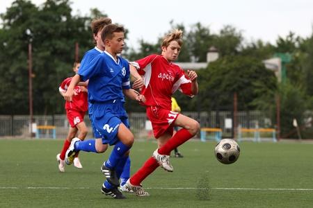벨고로드, 러시아 - 8월 20일 미확인 소년은 벨고로드, 러시아 Chernozemje 우위의 마지막 8 월 20 일에 축구를 재생, 출생 1996 년 축구 친절 팀 에디토리얼