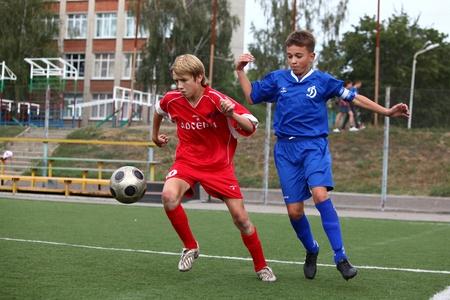 kinder: BELGOROD, RUSSIA - 20 agosto i ragazzi non identificati gioca a calcio agosto, 20 2010 a Belgorod, Russia La finale di superiorit� Chernozemje, Squadra di calcio pi� gentile del 1996 l'anno di nascita