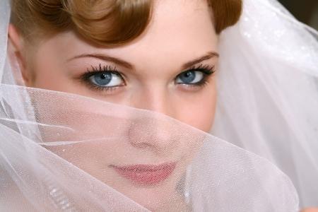 Junge schöne Braut mit roten Haaren Standard-Bild - 13682380