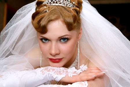 Junge schöne Braut mit roten Haaren Standard-Bild - 13682388