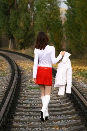 철도에 흰색 떠나는 젊은 여자