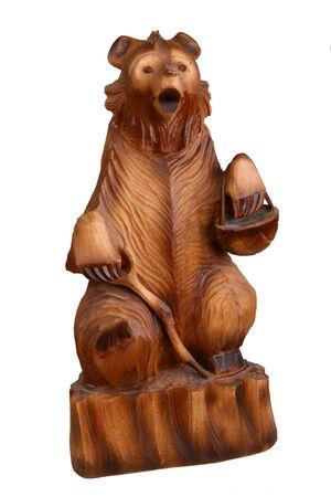 tallado en madera: El oso de madera con una canasta del líber Foto de archivo