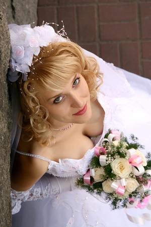 결혼식 꽃다발을 가진 아름 다운 신부