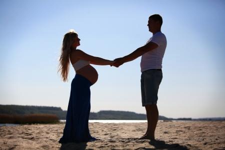 임신 한 여자와 남자의 실루엣 스톡 콘텐츠