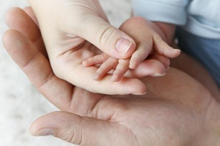 어머니, 아버지와 아기의 손 스톡 콘텐츠