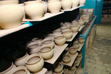 ollas de barro: crisoles de arcilla en la f�brica de cer�mica en Borisovka