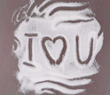 식탁에 흩어져있는 설탕에 쓰여진 사랑의 선언