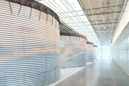 edificio industrial: Fila de tanques de metal en el interior del edificio industrial