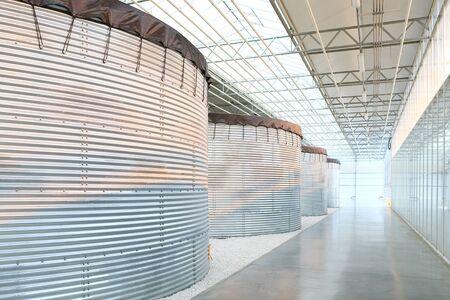 Fila de tanques de metal en el interior del edificio industrial