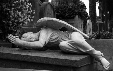 Standbeeld van een engel op een begraafplaats