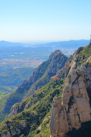 La foto fue tomada en España en la montaña de Montserrat. La imagen muestra la iglesia distal ubicada en uno de los muchos senderos.