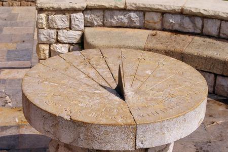 La foto fue tomada en España, en la antigua ciudad de Tarragona. La imagen muestra el reloj de sol romano antiguo. Foto de archivo