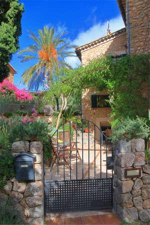 The photo was taken on the island of Palma de Mallorca in the town of Porto Cristo. The picture shows the entrance to a local cozy villa. 版權商用圖片