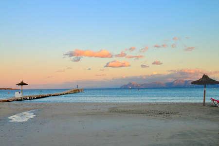 The photo shows a seascape made on a warm evening on the beach of the island of Palma de Mallorca. 免版税图像