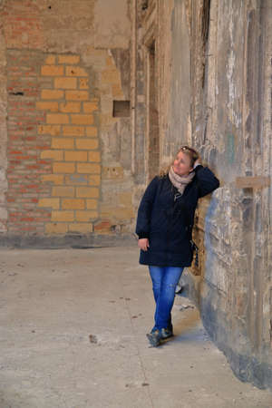 The photo shows a girl standing in the hall of an old mansion in Ukraine. 免版税图像