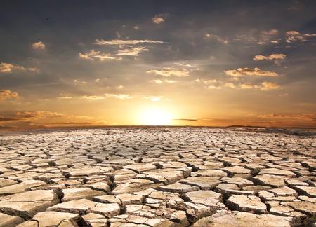 日没の背景パターンの性質に対して干ばつ土地。 写真素材 - 30090188