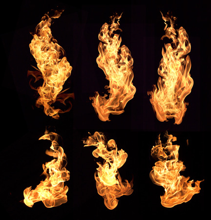 Le fiamme rosse su sfondo nero. Archivio Fotografico