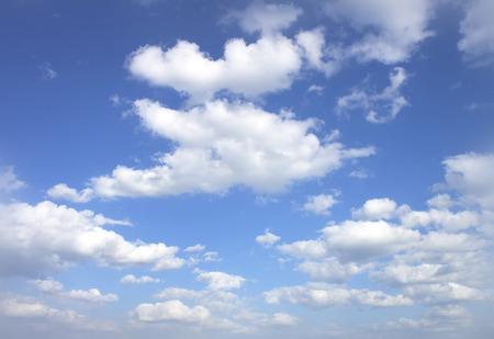 cielo despejado: El vasto cielo y las nubes del cielo azul.