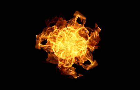 Flammes de feu sur un résumé de fond noir.
