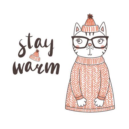 Illustrazione vettoriale disegnato a mano di un simpatico gatto divertente in un cappello lavorato a maglia con pompon e maglione, testo Resta caldo. Oggetti isolati su sfondo bianco. Concetto di design per bambini.